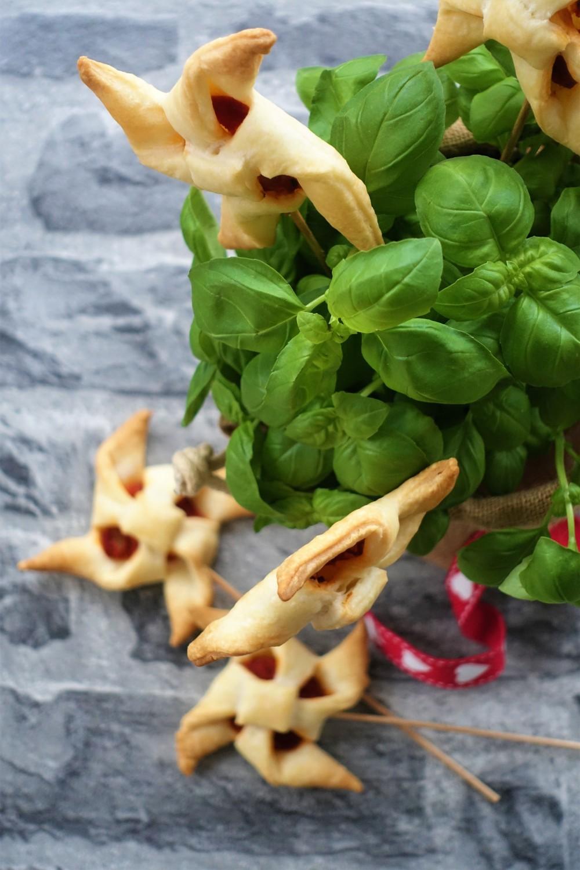 DIY Geschenkidee, kulinarisches Mitbringsel, Gastgeschenk, selbstgemacht, homemade, kreativ, originell, Küchenkräuter, aufgehübscht, gepimpt, aufgepeppt, hübsch verpackt, Windräder aus Blätterteig, Tomatensoße, vegane Geschenkidee