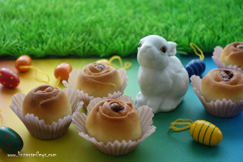 backen für Ostern, Osterhase, Ostereier, Hefeteigrosen, Rosen aus Germteig, Brioche, Briocherosen, Osterjause, Osterfrühstück, österlich backen, gefüllte Milchbrötchen, Schokoüberraschung
