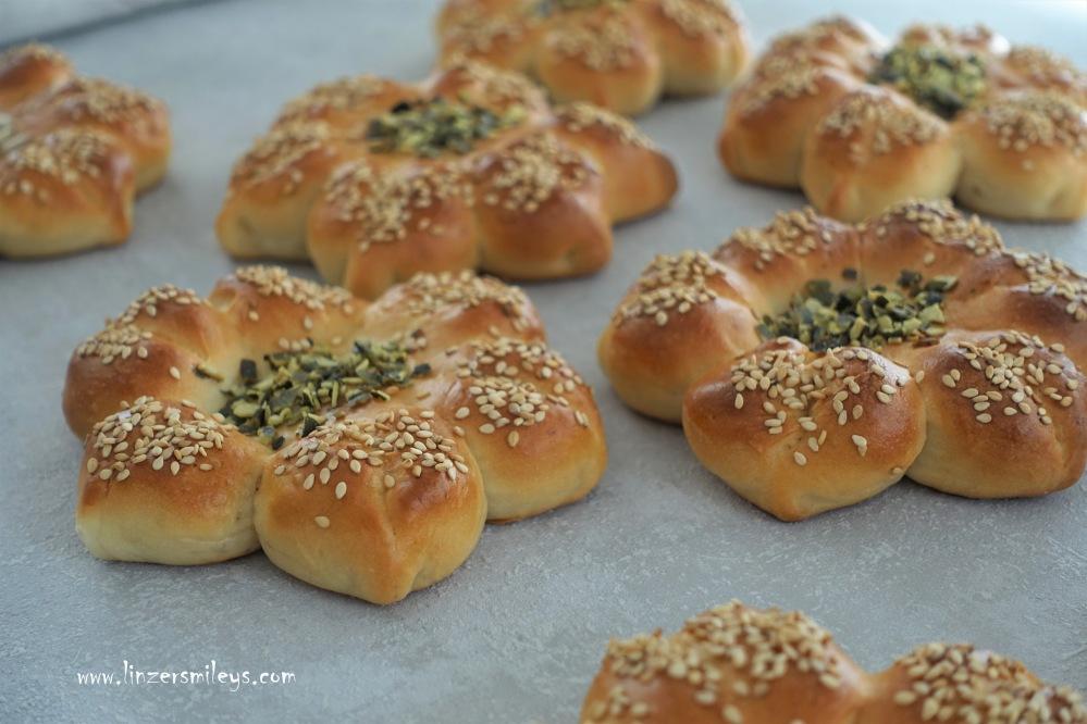 #gemeinsamfüreinander kreativ backen, Brot, Brötchen, Brotblumen, selbst gemacht, fürs Sonntagsfrühstück, fluffig, Hefeteig, Germteig, g'schmackig, hübsch fürs Auge, Eyecatcher, Blickfang, Hingucker, aus dem Backofen, der Duft von frisch gebackenem Brot
