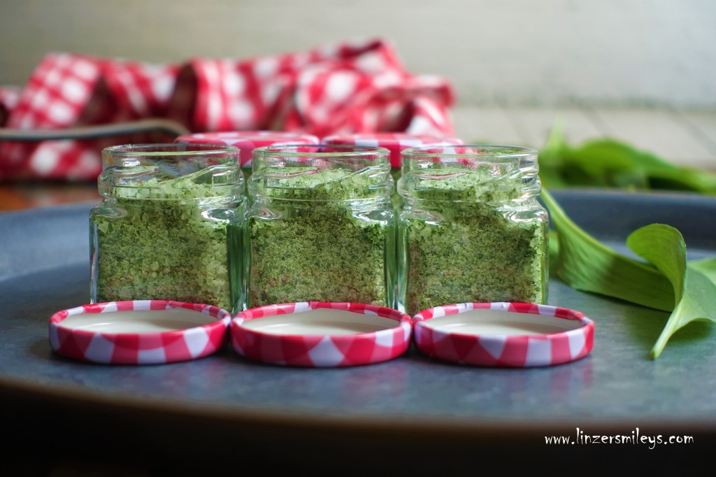 Bärlauchsalz selbst gemacht, aus nur 2 Zutaten; grobes Meersalz und frische Bärlauchblätter, perfekt zum Würzen, in Salaten, zum Grillen, eine hübsche Geschenkidee, DIY, ein Geschenk aus der Küche, #linzersmileys