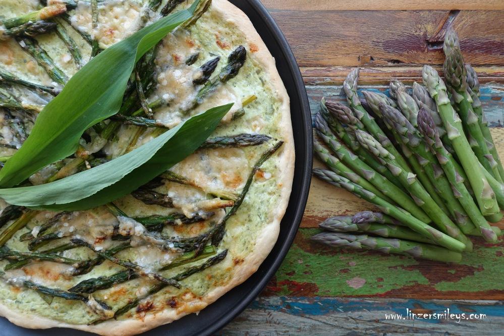 Flammkuchen, Tarte flambée, Rezept à la #linzersmileys, mit grünem Spargel, Bärlauchrahm und Parmesan, vegetarisch