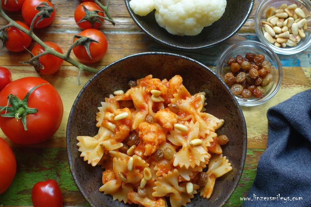 Pasta mit Karfiol, Blumenkohl, cavolfiore, Farfalle, italienisches Nudelgericht, aus Sizilien, mit Rosinen und gerösteten Pinienkernen, italienisch kochen, mit Gemüse, mediterran, Tomaten, Paradeiser, vegetarisch, Nudeln