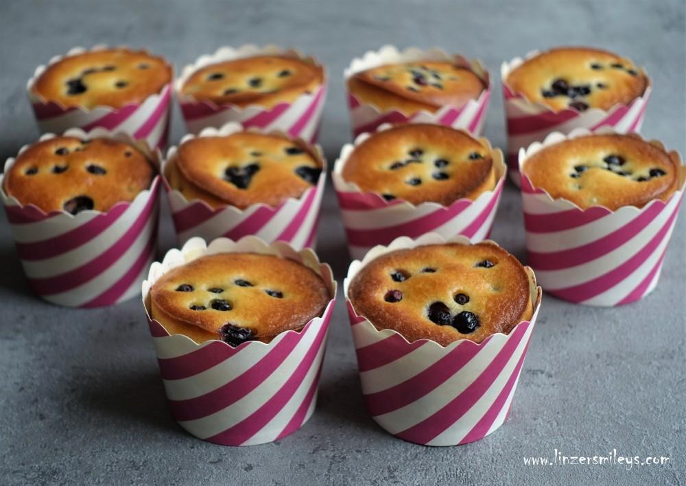 Muffins, Küchlein, fluffig, mit Waldheidelbeeren, Blaubeeren, aromatisch, lecker, #EasyBaking Souvenir aus dem Wald, kulinarisches Mitbringsel, Reise-Andenken, kleine Kuchen für große Genießer