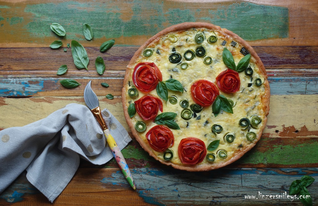 #linzersmileys #afba20 #janatürlich , kreativ und einfach, für Kinder kochen, JNB Ja! Natürlich Bio-Gemüse aus Österreich, heimisches Superfood, Zucchini, Tomaten, Paradeiser, Quiche, Tarte, vegetarisch, märchenhaft backen, Sommer, Partygerichte, Dornröschen, Tomaten-Rosen, Deko selbst gemacht, DIY Kuchendeko