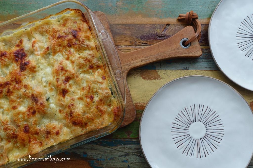 Lasagne mit Zucchini und Lachs, italienisch kochen, Nudelauflauf mit Gemüse und Fisch, Lasagneblätter ohne Vorkochen, mit Bechamel, Parmesan, Nudeln aus dem Backofen, einfach vorzubereiten, perfekt für Gäste