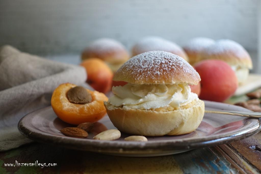 #linzersmileys #afba20 SWE #ikeaösterreich #ikea schwedisch kochen und backen, Semla, Semlor, Schwedenkrapfen, mandelmassa, Mandelcreme, Marzipan, Vanille-Obers, Sahnehäubchen, lent buns, fettisdagen, fastlagsbullar, hetvägg, Sommervariante, sommerlich fruchtig, mit Marille, Aprikose