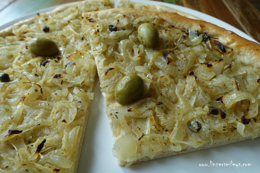 Pissaladière, Spezialität aus Südfrankreich, Nizza, Nice, Pizza mit Zwiebeln, vegan mediterran #linzersmileys