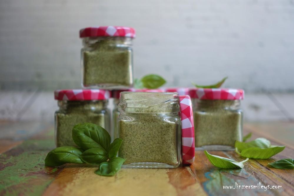 Basilikumsalz, DIY Kräutersalz, selbst gemacht, Geschenk aus der Küche, Mitbringsel, perfekt für Salate, gegrilltes und Kurzgebratenes