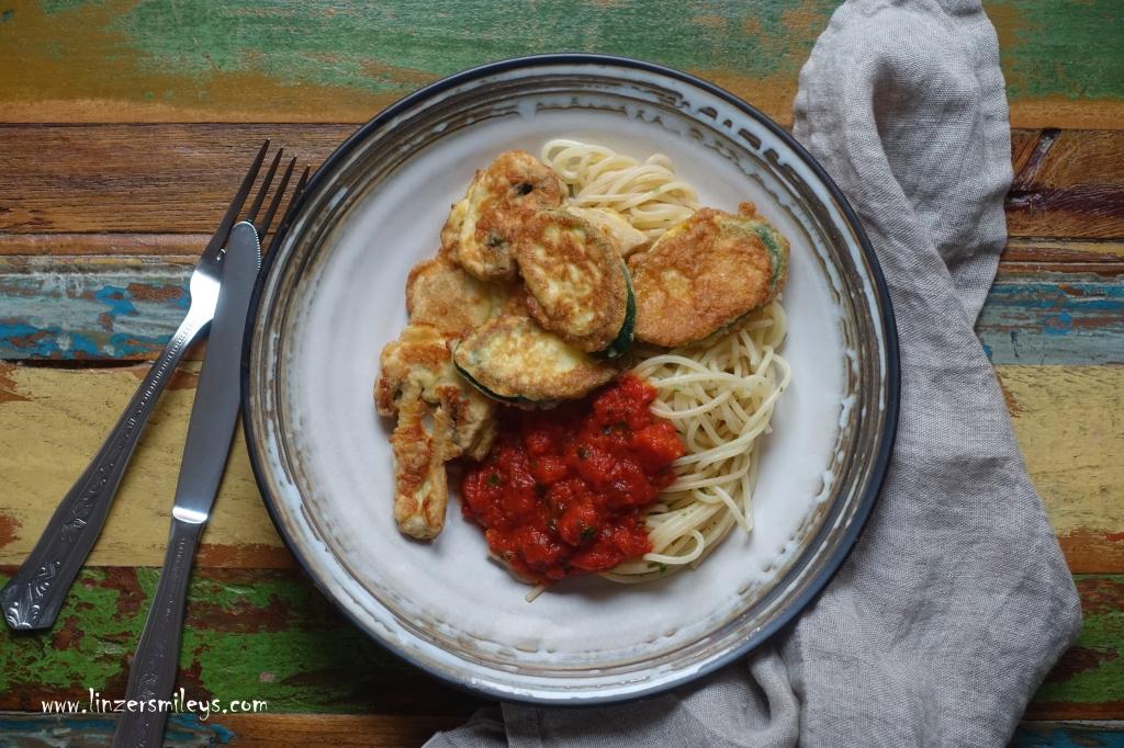 Piccata alla milanese con zucchine, mit Zucchinischeiben in knuspriger Ei-Parmesan-Hülle, vegetarische Interpretation, ohne Fleisch, mit Gemüse, italienische Gemüseküche, zucchine fritte, in Öl gebacken, mit Spaghetti und Tomatensoße, sugo di pomodoro, Tomatensauce, Gemüseschnitzel nach Mailänder Art #linzersmileys