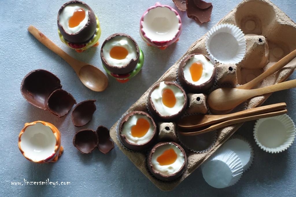 """süße """"weiche Eier"""" im Schokomantel, Schokoeier mit Topfencreme gefüllt, Löffel-Eier selbst gemacht, Eier à la coque, Leckeres für Ostern, cheesecake filled chocolate easter eggs, kreativ, Eyecatcher auf dem Osterbuffet, Osterdessert zum Löffeln, für Groß und Klein, für die Ostertafel"""