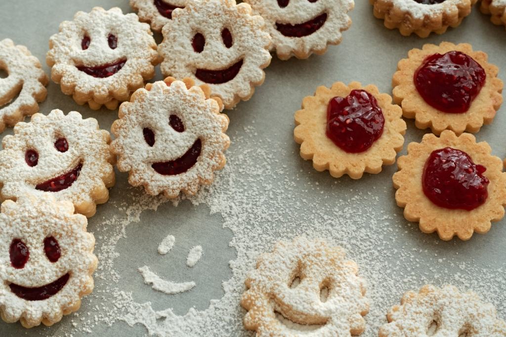 bright smiles, Linzer Smileys, with a smile, baking, cookies, biscuits, Linzer Augen, Mürbteig, mit einem Lächeln, smiles on a cookie plate, #linzersmileys Daniela Terenzi, food blog