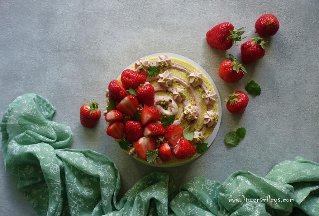Wickeltorte, mit Erdbeeren und Pistazien, mit Mascarpone, Erdbeermarmelade, Konfitüre, Biskuit, schick gewickelt, Spiral Look, Biskuitrolle, erdbeerig, vegetarisch backen, Backtrend, #linzersmileys