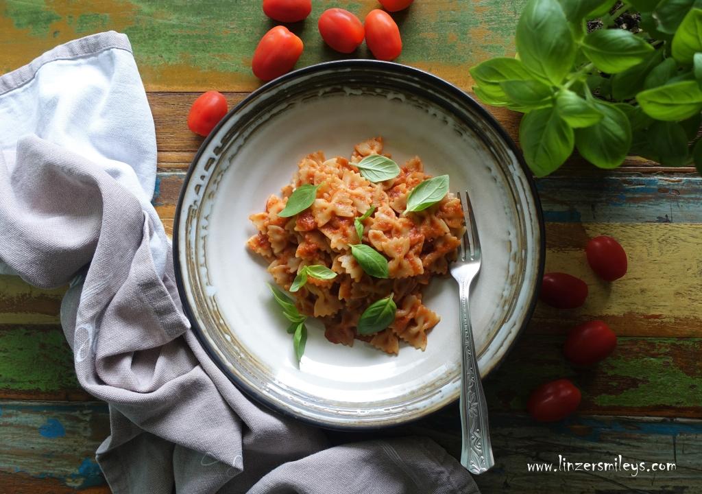 Farfalle con sugo frullato, pasta calda con il sugo crudo, Sauce aus dem Mixer, roh, raw tomato sauce, kochen wie im Urlaub, Nudeln mit Soße aus dem Mixer, mediterran, italienisch, EasyCooking, quick and easy, Kochen für Anfänger*innen