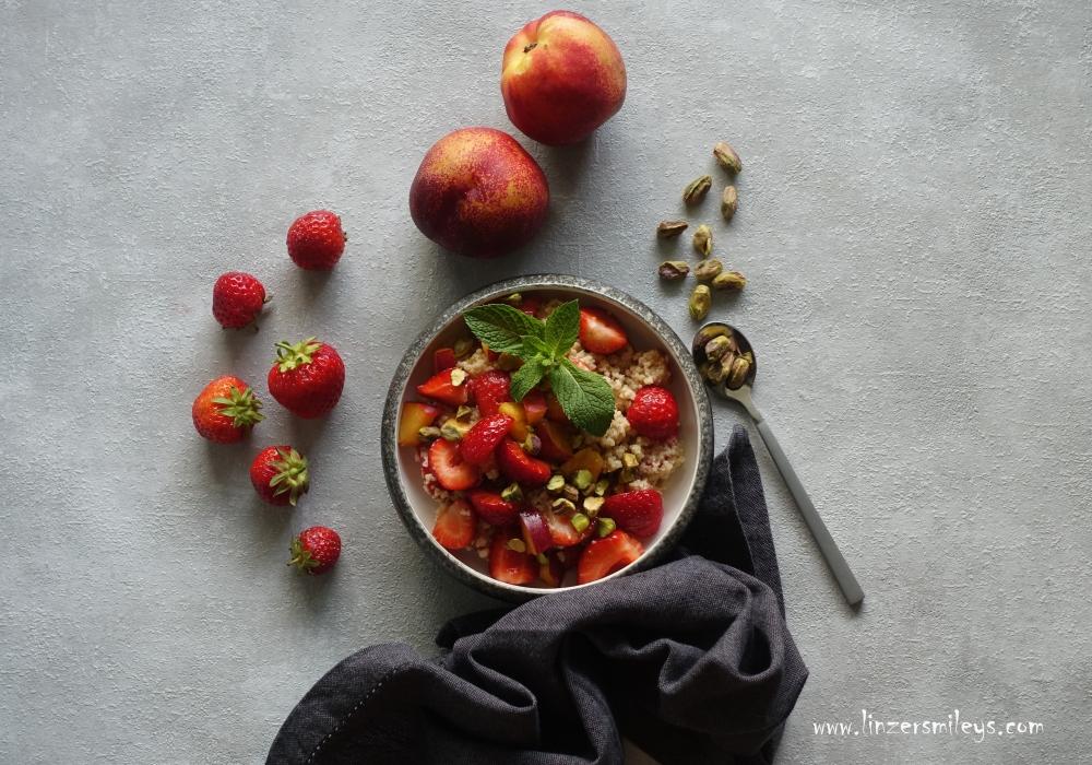 Couscous, süß zubereitet, perfekt zum Frühstück, Süßes ohne Backofen, mit Erdbeeren und Nektarinen, Vanille-Couscous, süßes Taboulé, Hartweizengrütze, mit Pistazien, orientalisch, Sommerfrüchte #linzersmileys