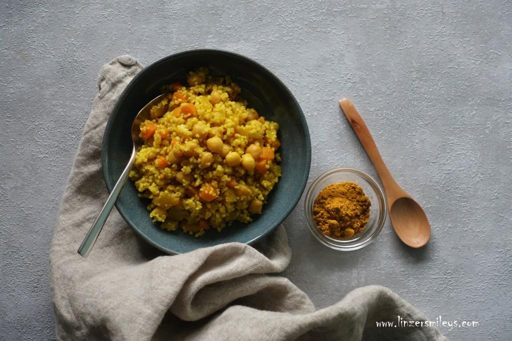 Couscous in Currygelb, Trendfarbe, Curry, warm und strahlend, mit Kichererbsen, Couscous und Hülsenfrüchte, vegan, vegetarisch, Lunch to go, Snack fürs Büro, mit Gemüse, #linzersmileys