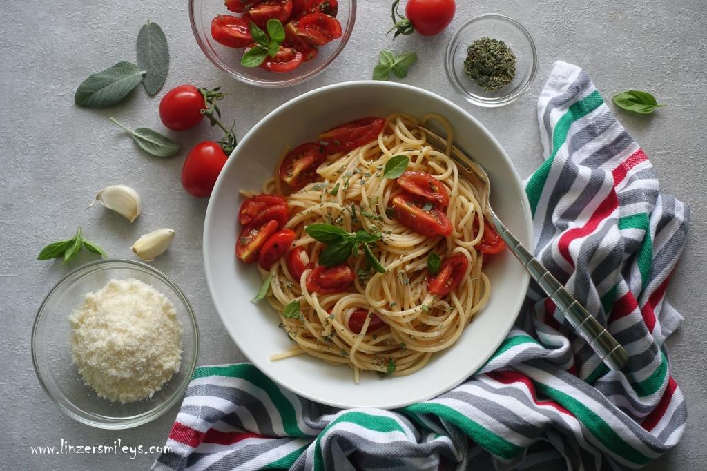 Spaghetti alla checca sul rogo, Original-Rezept von Ugo Tognazzi, auf dem Scheiterhaufen, Spaghetti al rogo, verhext gut, italienische Sommerküche, mediterran, mediterrane Kräuter, Sugo a crudo, rohe Tomatensoße #linzersmileys