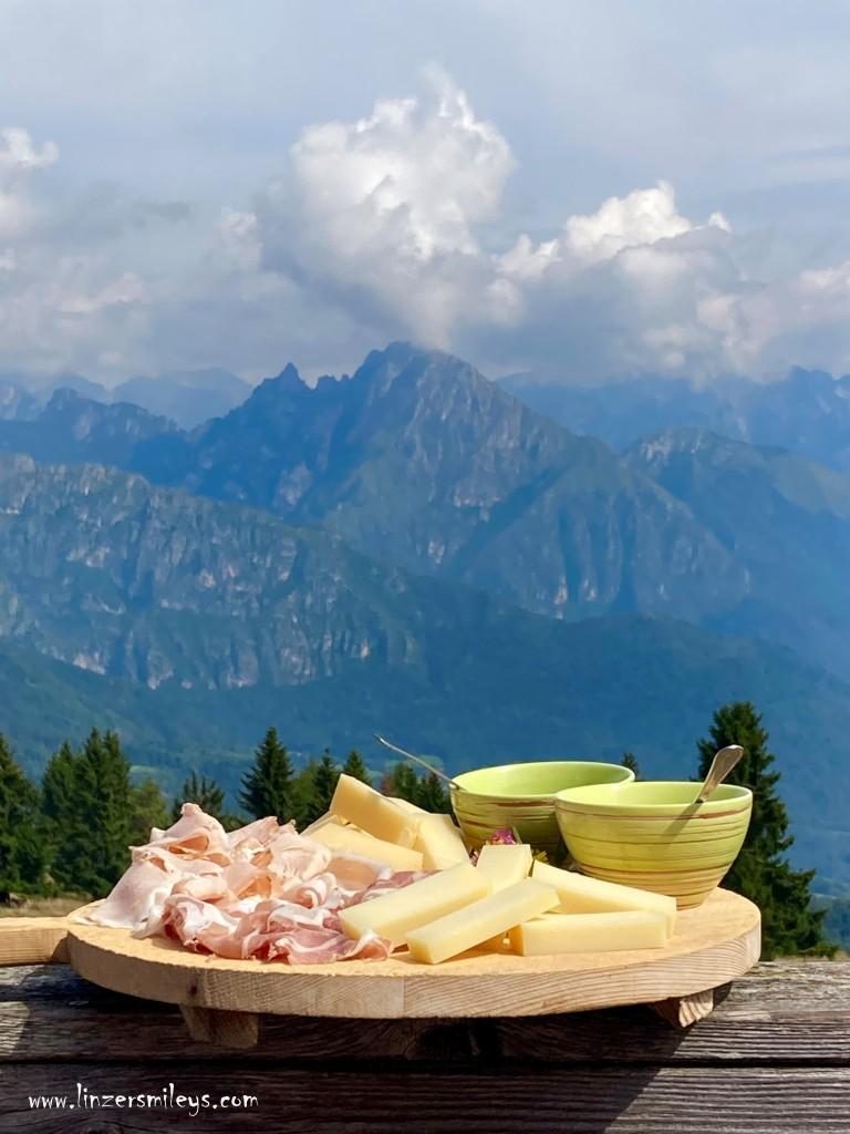 #nicetoeateu #enjoyitsfromeurope #cheese #käse #formaggiopiavedop #dolomites Piave DOP, Käse mit Bergblick, Hartkäse, Käse aus Italien, Belluno, Venetien, Lattebusche, Dolomites Experience, Foodblogger, #linzersmileys