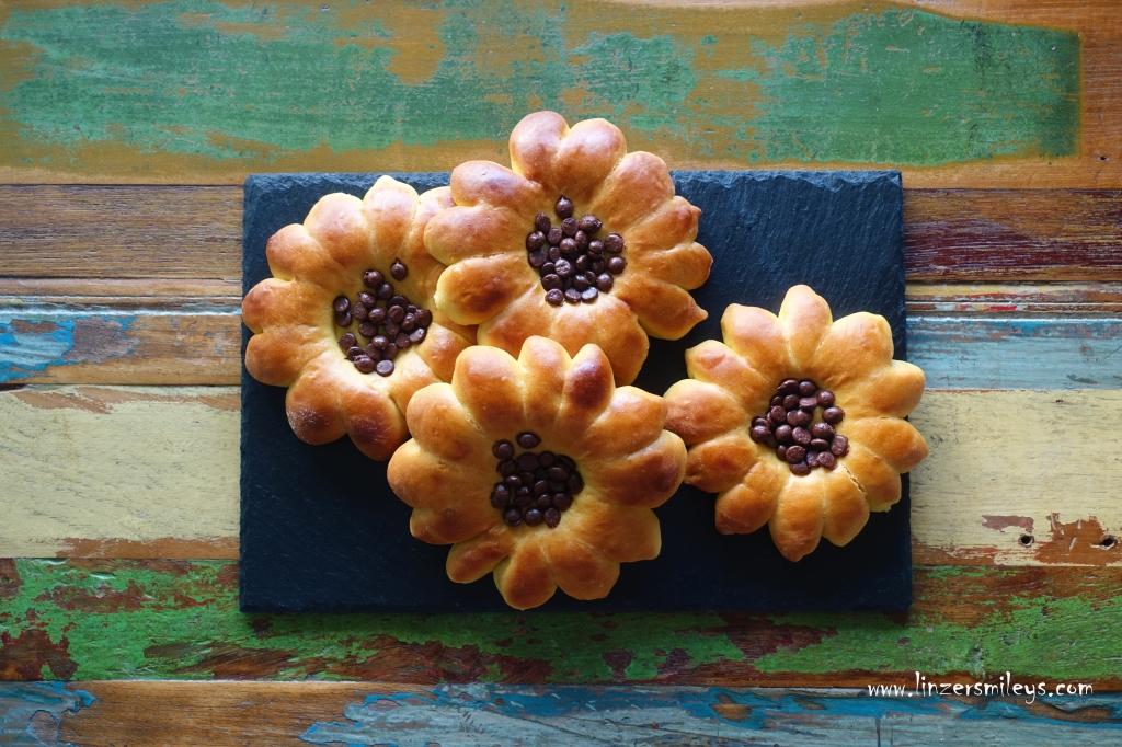 Sonnenblumen aus fluffigem Hefeteig mit Safran & Schokotropfen, backen, Frühstück, Fingerfood, Proviant, Germteig, mit Safran, vegetarisch, ohne Ei, mit Schokolade, Schokotropfen #linzersmileys