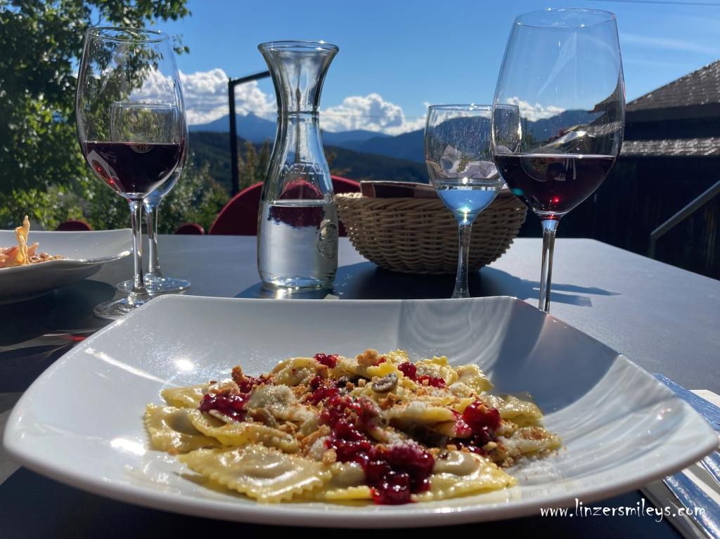 Wildhasen-Ravioli mit Taggiasca-Oliven und Schüttelbrot-Crumble, alpin mediterran, Köstliches aus Südtirol, Am Gleis, Ritten, Renon, Südtirol kulinarisch #linzersmileys